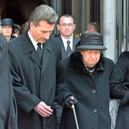 Umstrittene Rede: Oettinger mit Filbingers Witwe bei der Trauerfeier