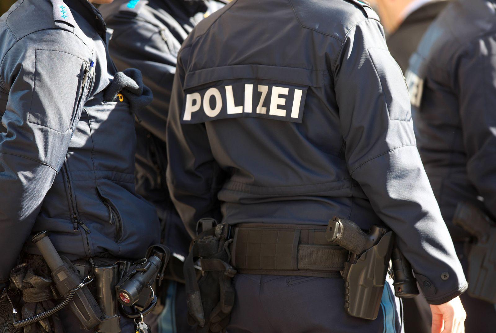 Sicherheitsmaßnahmen durch Polizei am Hotel Bayerischer Hof. Polizeifahrzeuge und bewaffnete Polizisten sichern Straßen