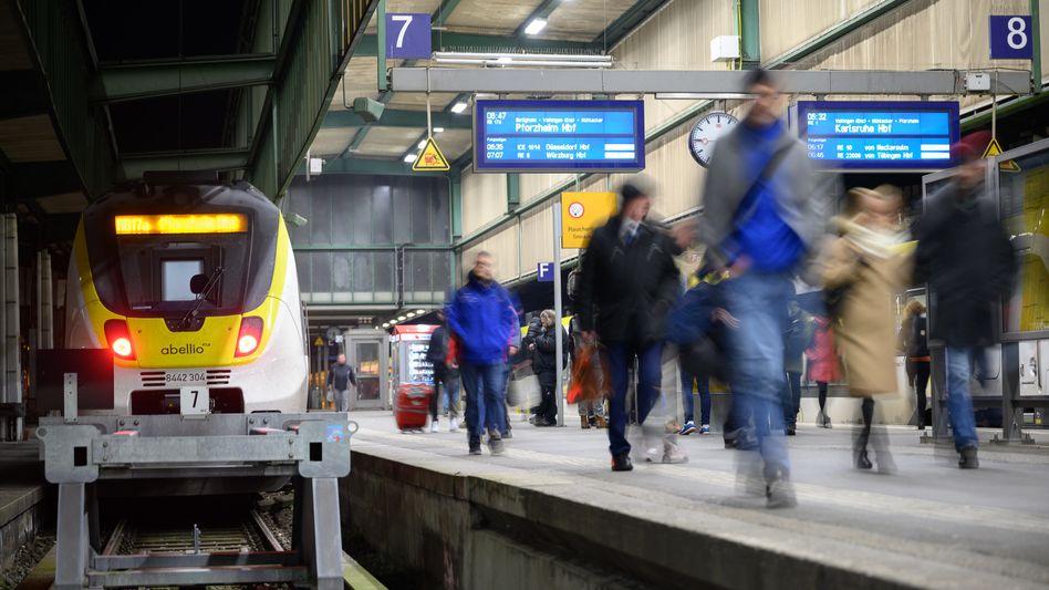 Pendler auf einem Bahnsteig des Stuttgarter Hauptbahnhofs