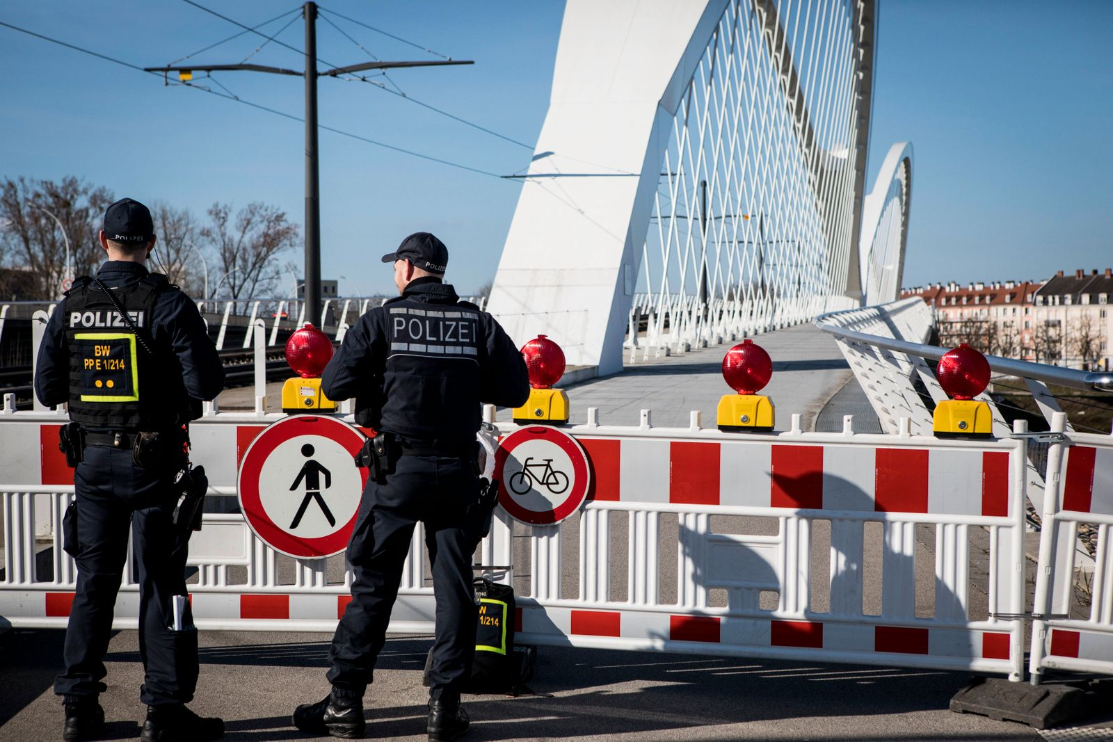 News Bilder des Tages German police officers stand at the French-German border between Kehl and Strasbourg, on March 16