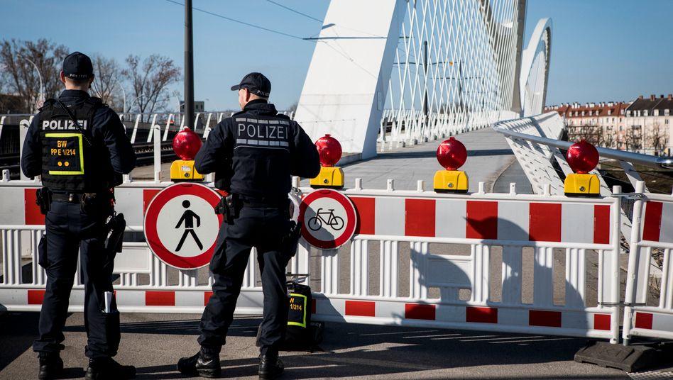 Deutsche Polizisten an der Grenze zu Frankreich im badischen Kehl