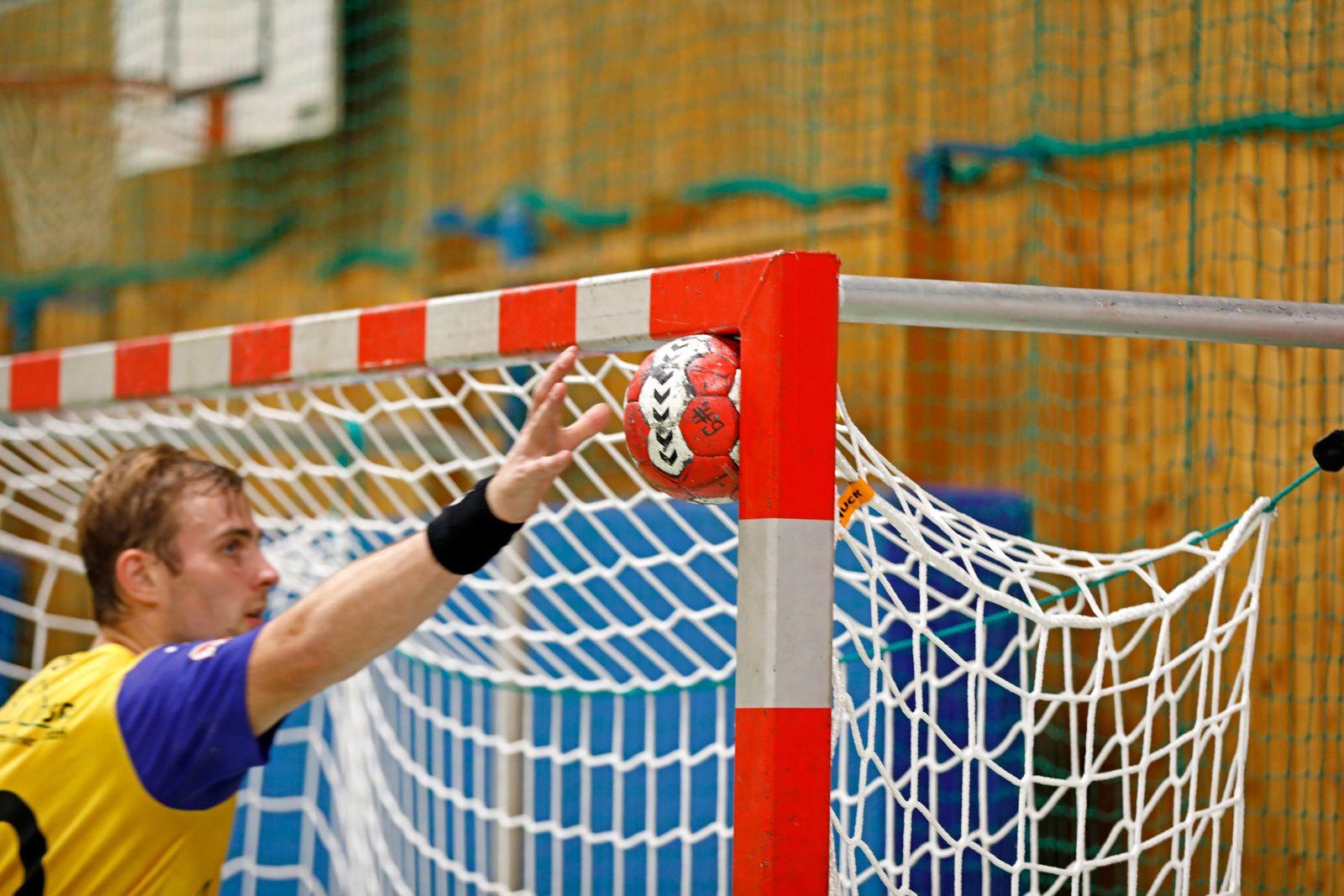 Handball bleibt im Lattenkreuz stecken