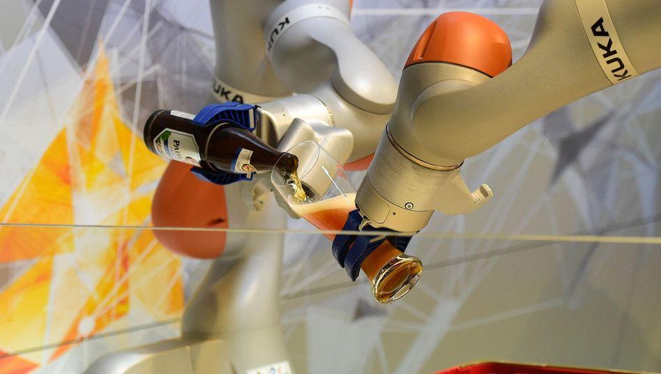 Kuka-Roboter beim Bier-Einschenken