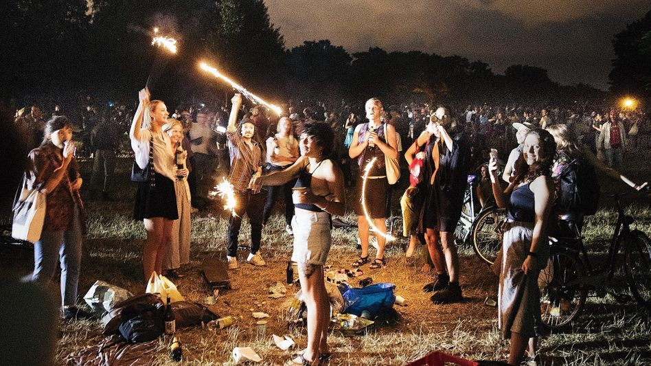 Partybesucher in der Berliner Hasenheide im Juni:Wenn die Jungen feiern, stecken sich irgendwann auch die Alten an
