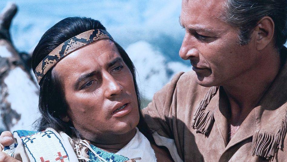 """Pierre Brice, Lex Barker in Winnetou III: """"Mein Freund. Hat eine Kugel getroffen?"""""""