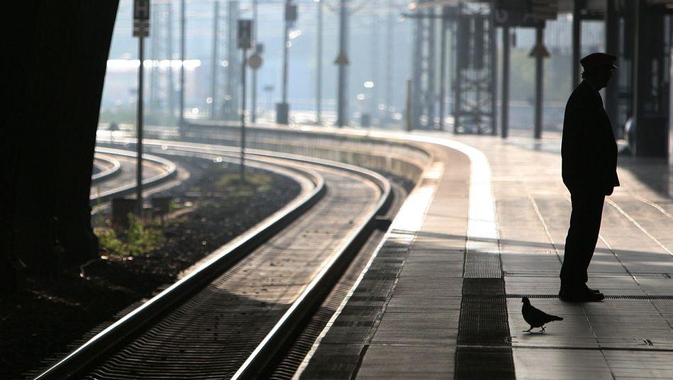 Bahnmitarbeiter auf einem menschenleeren Bahnsteig (Archivbild): Jungen allein gelassen