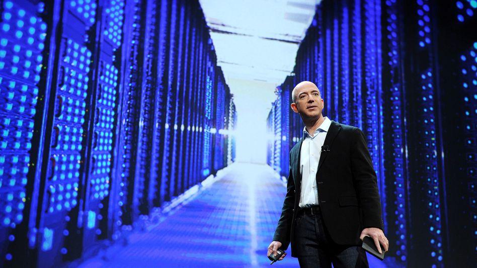 Amazon-Chef Bezos vor dem Foto eines Rechenzentrums: Wachstumsmarkt Cloud-Computing