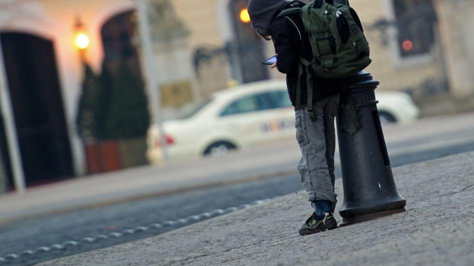 """Schulkind an einer Straßenlaterne: """"Vielen ist gar nicht klar, wie oft sie verspätet waren"""""""