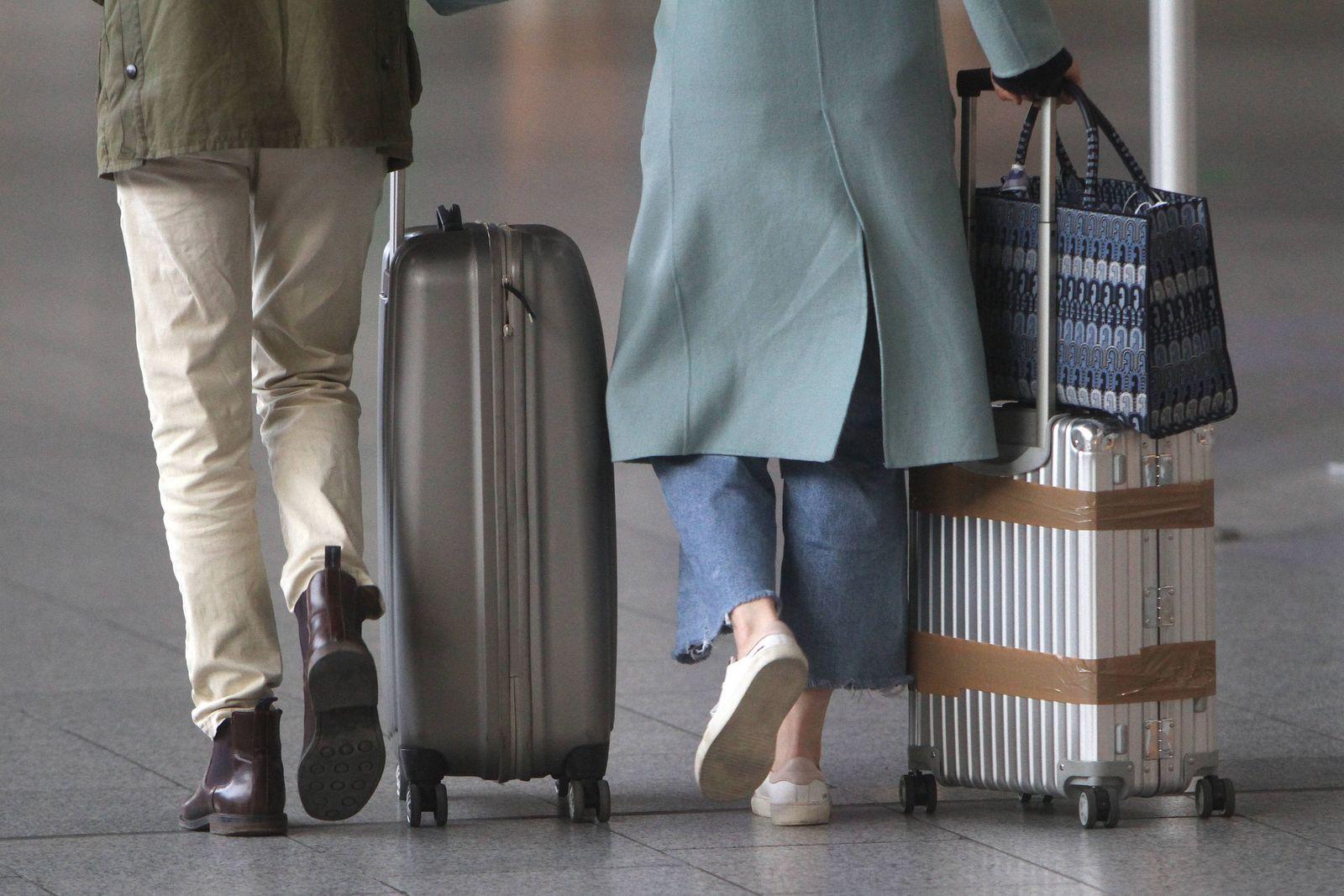 Reisende gehen mit ihrem Gepäck zur Abflughalle C im Flughafen Frankfurt, Hessen, Deutschland *** Travelers walk with t