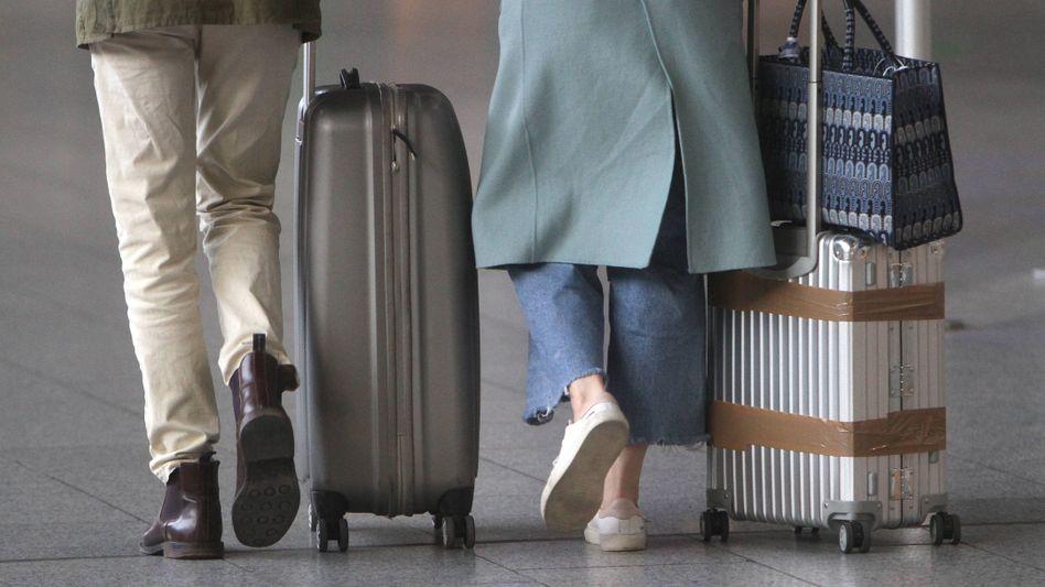 Reisende am Frankfurter Flughafen: mehr Transparenz für Verbraucher?