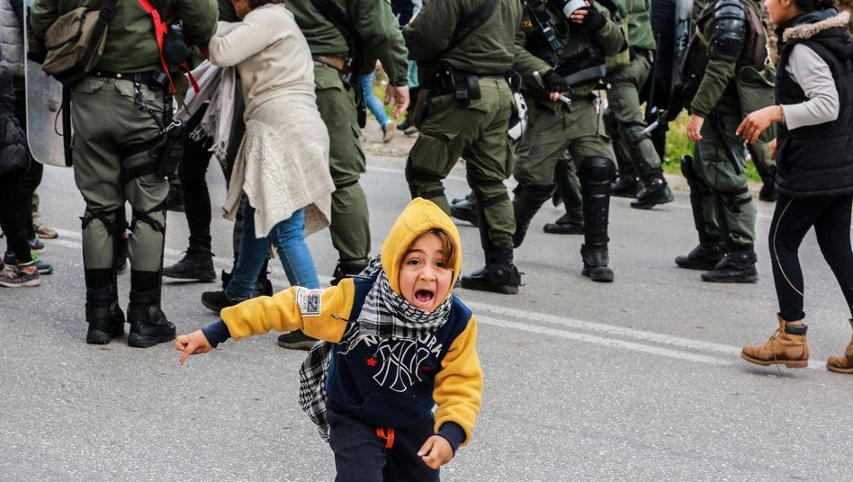 Flucht vor dem Tränengas der Polizei: Flüchtlingskind am Montag auf Lesbos