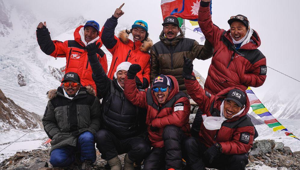 Am K2: Die erfolgreichen Bergsteiger bei der Puja-Zeremonie vor dem Gipfelversuch