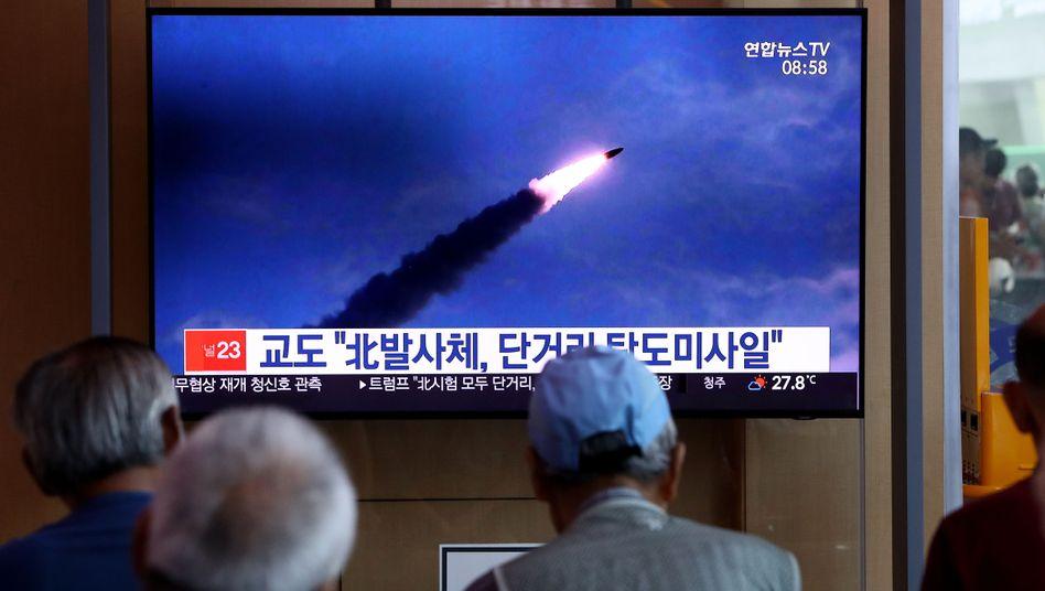 In einem Bahnhof in Seoul verfolgen Passanten Bericht über Nordkoreas Raketentests - die südkoreanische Regierung meldet zwei abgefeuerte Raketen