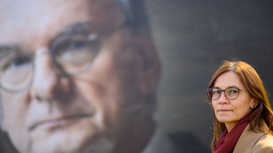 Sandra Hietel (CDU), Kandidatin auf Listenplatz zwei der Landesliste der CDU Sachsen-Anhalt vor einem Wahlplakat, auf dem Ministerpräsident Haseloff zu sehen ist