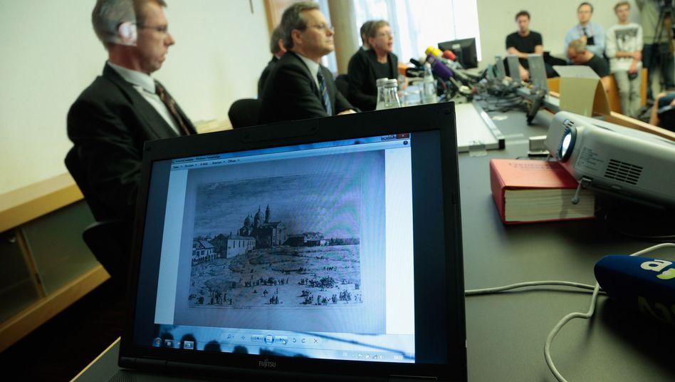 Nur eine Auswahl der beschlagnahmten Bilder wurde am Dienstag von der Staatsanwaltschaft Augsburg präsentiert
