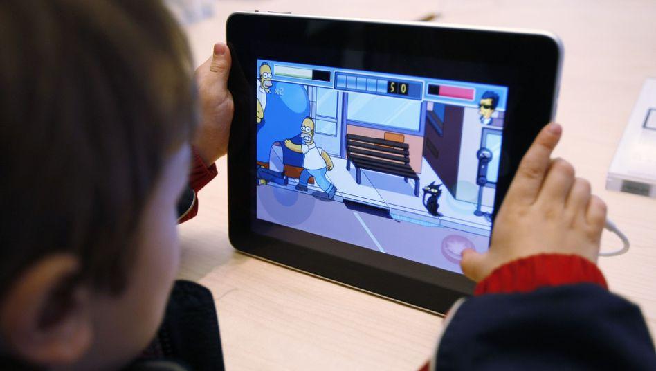 Kind mit Tablet-Spiel (Archiv)
