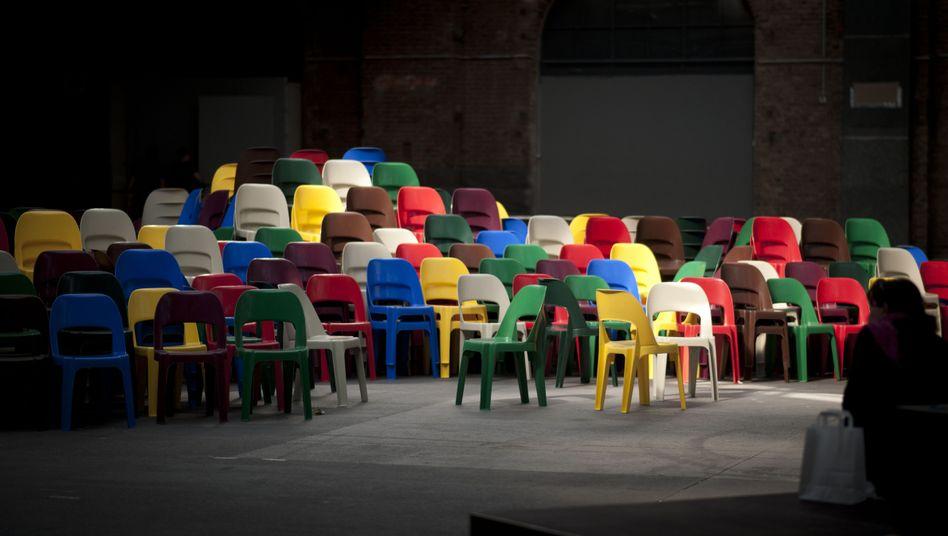 Stuhlstapel im re:publica-Foyer: Freiheit braucht Organisation
