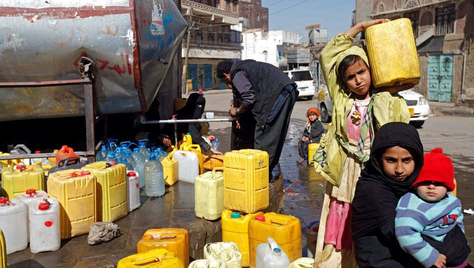 Kinder mit Wasserkanistern in Sanaa