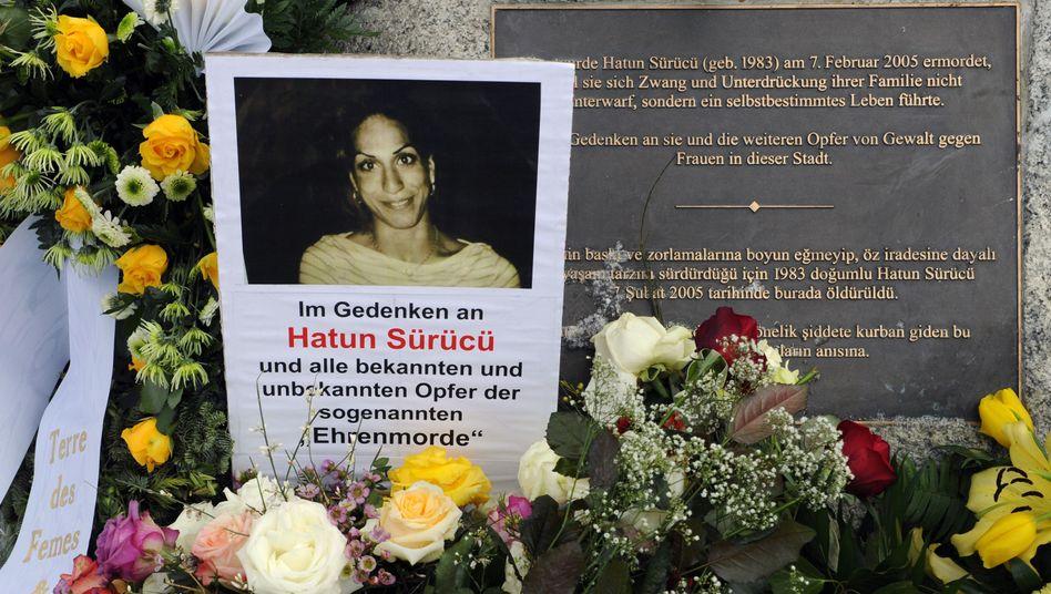 Blumen und Kränze neben einem Gedenkstein (Archiv): Hatun Sürücü wurde 2005 von ihrem Bruder erschossen