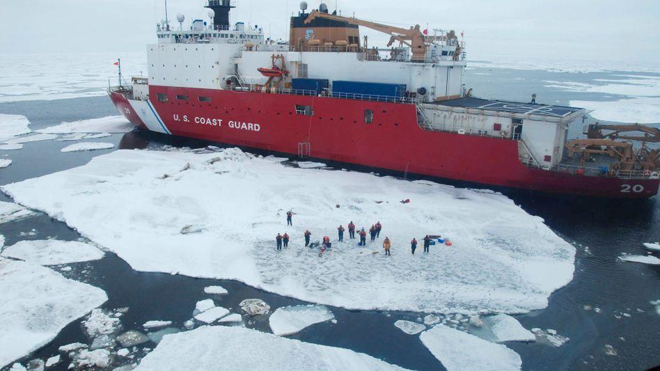 """Eisbrecher """"Healy""""(im Mai 2007): Zusammenarbeit in der Arktis"""