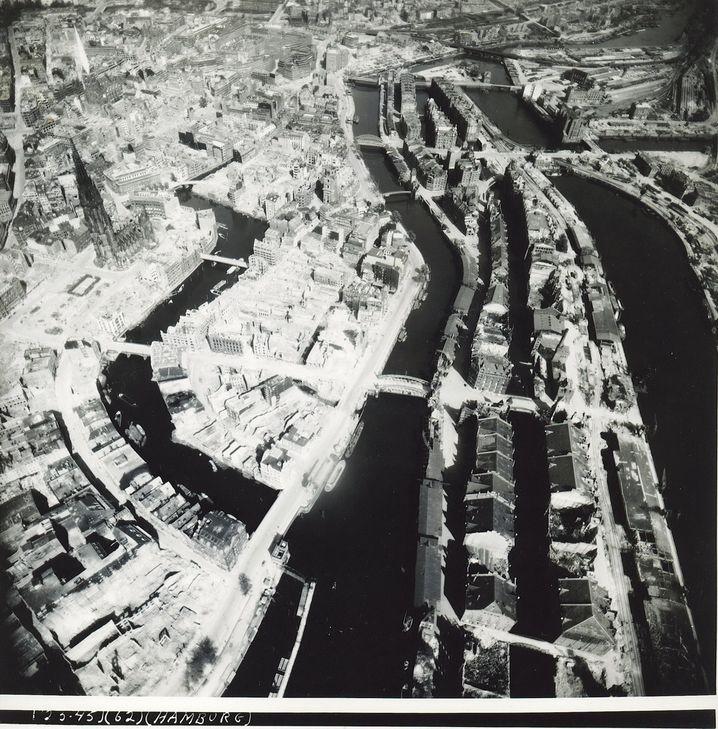 Luftbild der zerstörten Hamburger Innenstadt