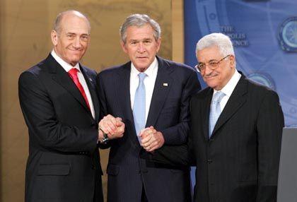"""US-Präsident Bush mit Israels Regierungschef Olmert (li.) und Palästinenserpräsident Abbas (re.) in Annapolis: """"Historische Chance"""""""