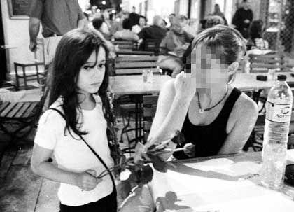 Eine unter vielen: Ein Mädchen verkauft Rosen an Passanten