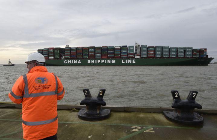 Containerschiff im Hafen von Felixstowe
