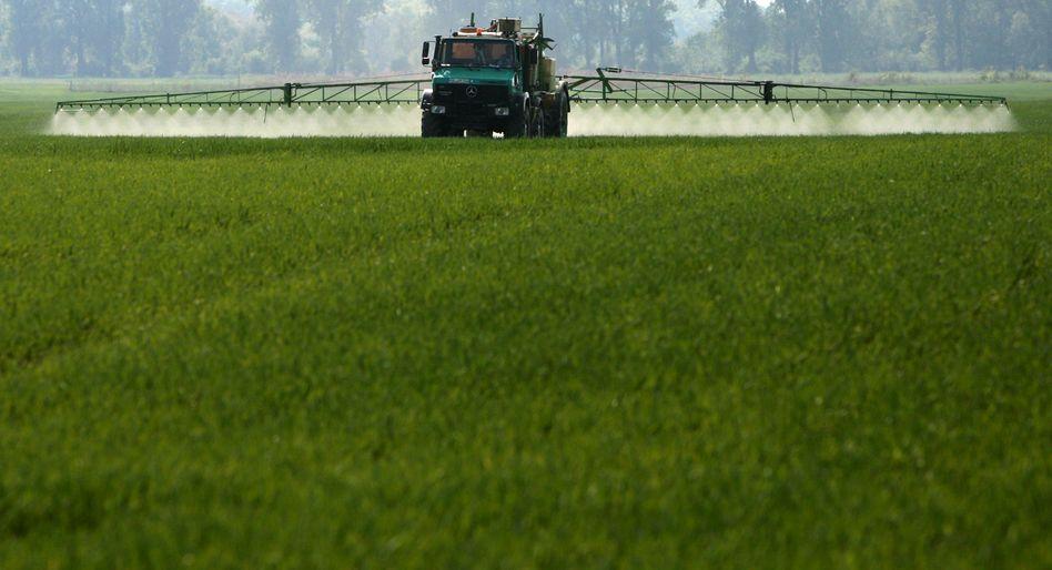 Pflanzenschutzmittel im Einsatz: Längst verbotene Insektizide gelangen aus alten Anbauflächen bis heute in die Umwelt