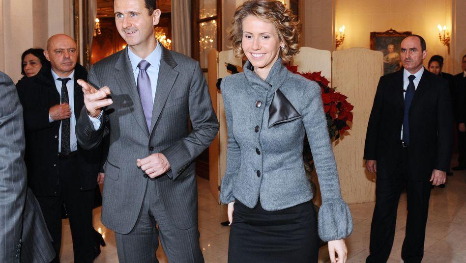 """Syriens Machthaber Baschar al-Assad mit Ehefrau Asma (2010 in Paris): """"Zunehmend ausgeklügelte Plünderungswirtschaft"""""""