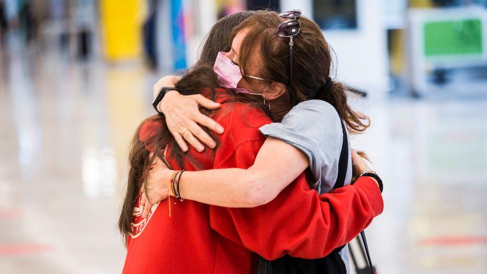 Endlich umarmen: Anfang Juni sehen sich eine Mutter und eine Tochter nach zehn Monaten wieder – im Terminal des Flughafens von Madrid