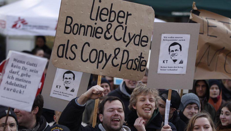 Guttenberg-Demos: Spötter stehlen KTG-Fans die Show