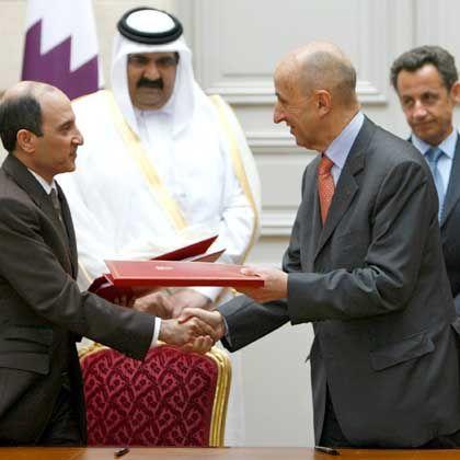 Qatar-Chef Akbar al-Baker (links) und Airbus-Präsident Louis Gallois (rechts): Milliardenauftrag für Airbus