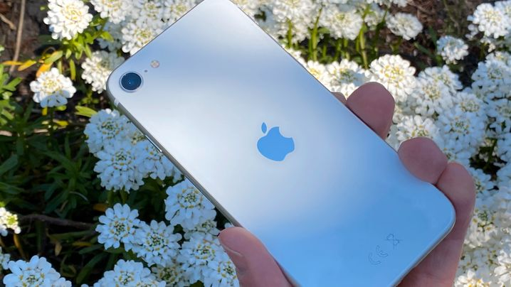 Immer eine schwierige Frage: Lieber schön oder lieber geschützt? Immerhin macht der Silikonüberzug das schlanke iPhone SE nicht substanziell dicker.