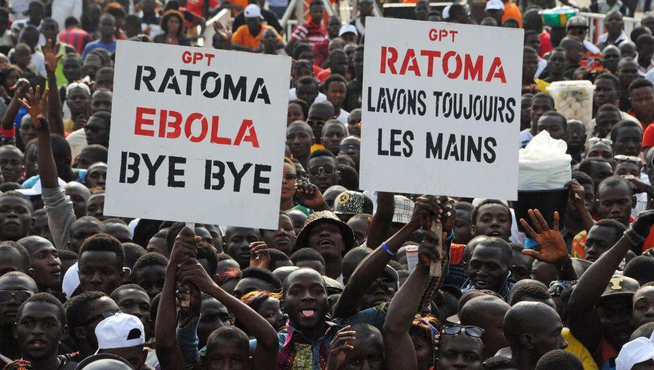 """""""Bye bye, Au revoir Ebola"""": Menschen feiern das Ende der Epidemie in Guinea (Archivbild)"""