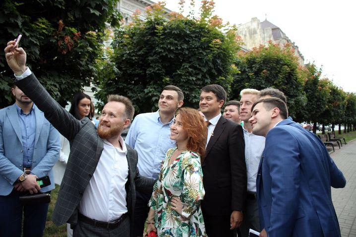 """Bilder sind alles: Dmytro Rasumkow (5.v.r.) mit Mitgliedern von """"Diener des Volkes"""" in Lwiw"""