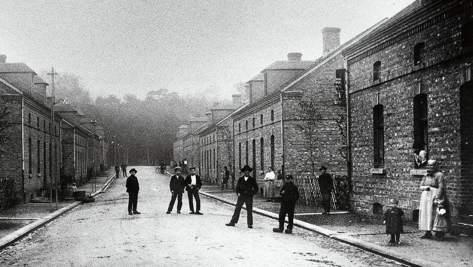Die Bergleute aus Polen lie??en sich im Ruhrgebiet in neuen Siedlungen nieder, wie in der Kolonie ??Dunkelschlag?? in Oberhausen (1906)