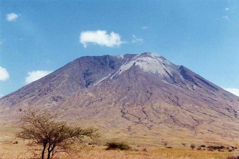 Ol Doinyo Lengai (Tansania): Schwarze Lava wird bei Luftkontakt weiß (oben rechts)