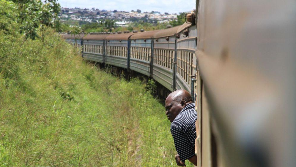 Im Zug von Sambia nach Tansania: Rumpelnd durch die Savanne