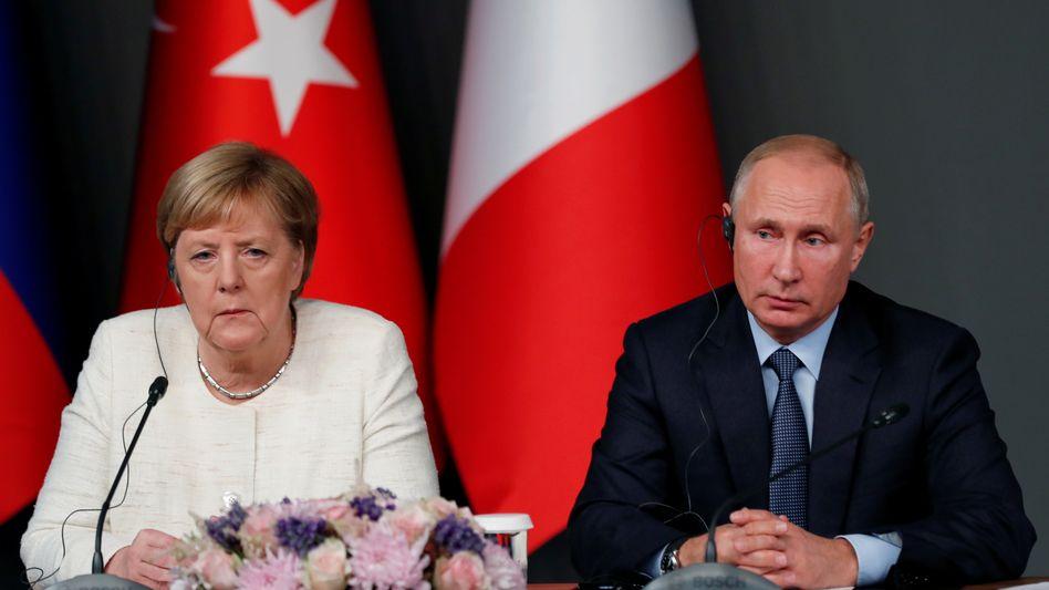 """Angela Merkel, Wladimir Putin (beim Syriengipfel 2018): """"Ich darf sehr ehrlich sagen: Mich schmerzt es"""""""