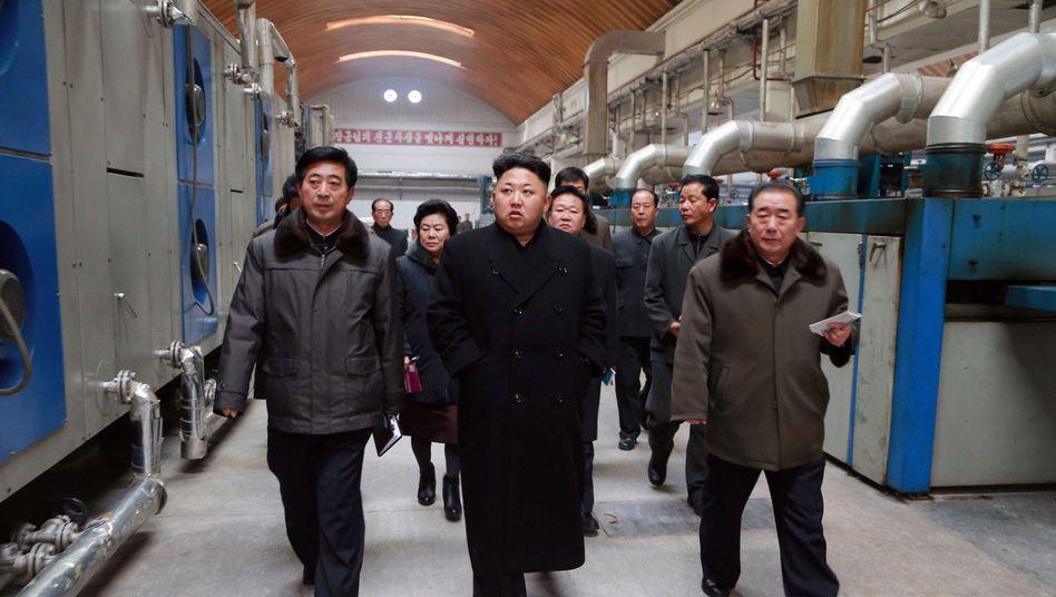 """Kim Jon Un bei Fabrikbesuch: """"Diese Festungen in die Luft sprengen"""""""