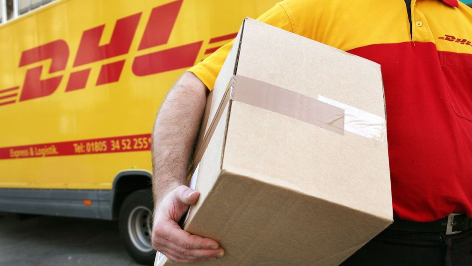 DHL-Mitarbeiter: Via E-Mail lässt sich die Sendung nachverfolgen - wenn es sich nicht um eine Spam-E-Mail handelt.
