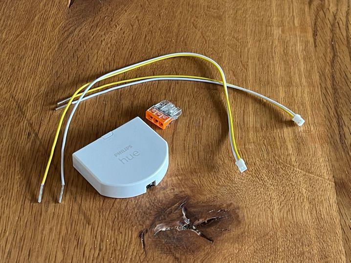 Das liegt im Karton: Das Modul, ein Klemmbock und zwei Kabel zum Anschluss von Schaltern