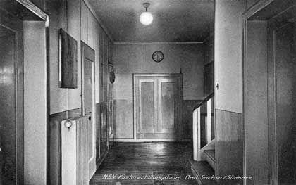 Hausflur im Kinderheim: In späteren Jahren durften Kinder die Wände anmalen
