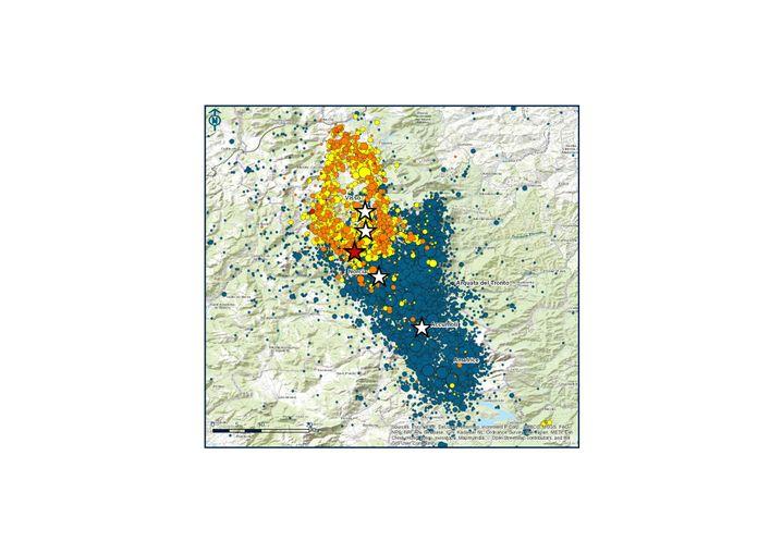 Erdbeben in Mittelitalien seit August: Die weißen Sterne zeigen die beiden Starkbeben vom 24. August und vom 26. Oktober, die grünen, gelben und orangen Punkte deren Nachbeben. Der rote Stern zeigt das Starkbeben vom 30. Oktober, die roten Punkte dessen Nachbeben der ersten drei Stunden.