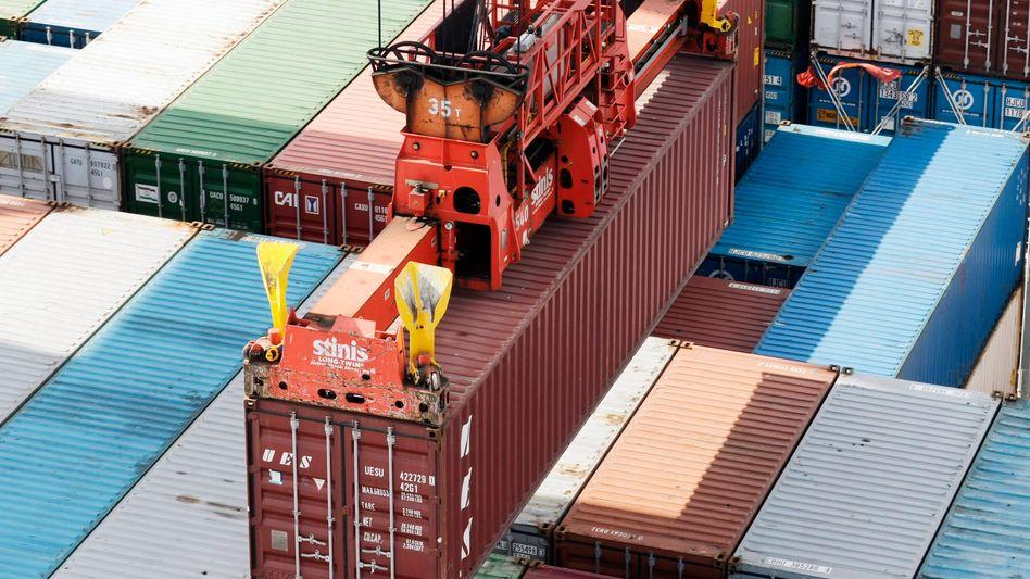 Containerschiff im Hamburger Hafen: Auslandsnachfrage zieht wieder an