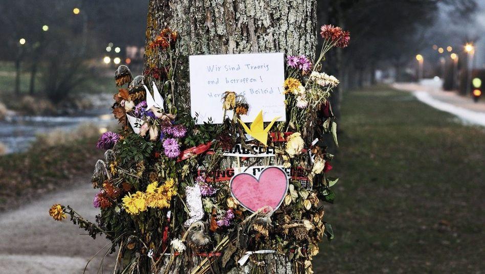 Am Fuße des Baums brennen frische Grablichter, am 6. Dezember hätte die Studentin ihren 20. Geburtstag gefeiert.