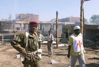 """Soldaten und Sanitäter in den Ruinen des """"Paradise""""-Hotels"""