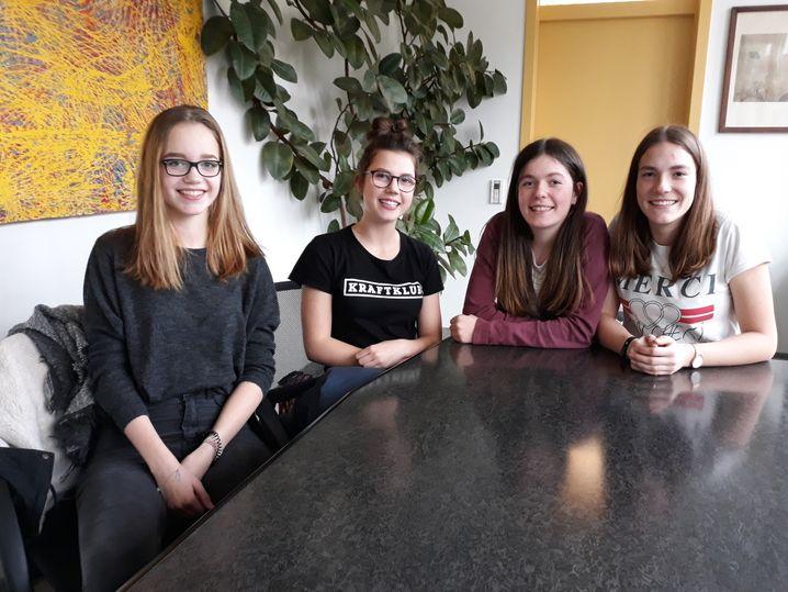 Hannah mit Mitschülerinnen am Lessing-Gymnasium