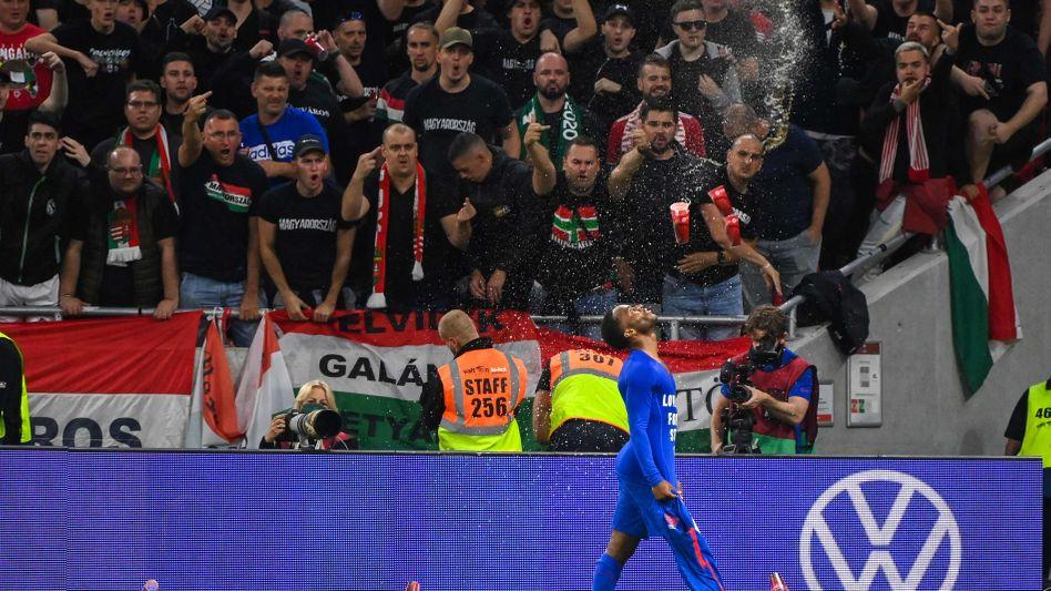 Mittelfinger sind zu sehen, es fliegt Bier: Raheem Sterling vor den Fans in Budapest